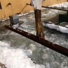 MuehlbachKraftwerk-befreien-von-Eis-und-klein-Schlagen-von-den-großen-Eisplatten-31